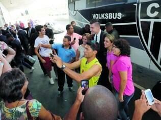 Apoio. Um pequeno grupo de torcedores acompanhou o embarque do Galo para o Chile