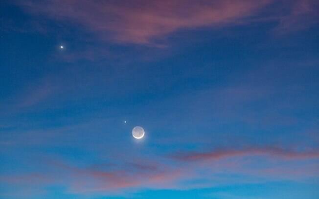 Encontro entre Júpiter, Saturno e Lua, como observado na imagem, poderá ser visto a olho nu