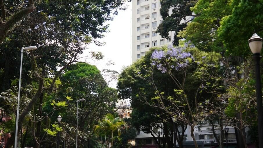 Pai pula com filha de 6 anos no colo do 17º andar de um hotel em São Paulo na madrugada deste sábado.