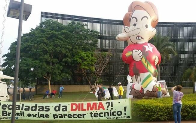 Movimento anti-Dilma faz pressão em frente ao TCU para rejeição de contas, em outubro