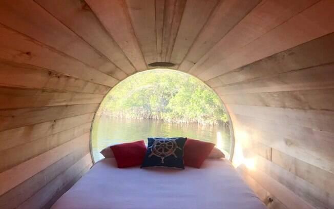 Com uma vista panorâmica na parte de dentro da cabine, os hóspedes podem apreciar toda a beleza que fica ao redor da casa flutuante