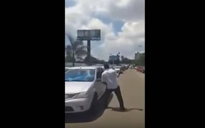 Homem quebrou vidro de veículos parados em fila dupla que impediram a saída de seu carro