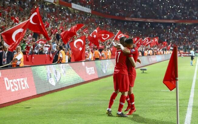 Jogadores da Turquia comemoram gol sobre a França