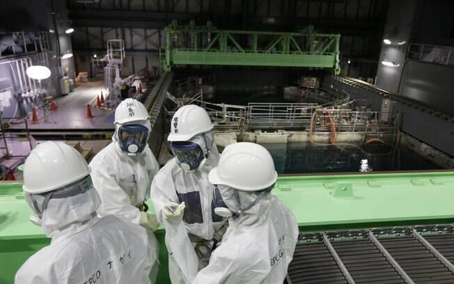 Protegidos, funcionários analisam situação dos combustíveis no reator número 4 de Fukushima (7/11/2013)