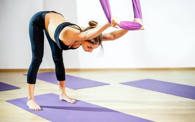Nem todos os movimentos exigem que você fique de cabeça para baixo, então a ioga com tecido quase não tem restrições