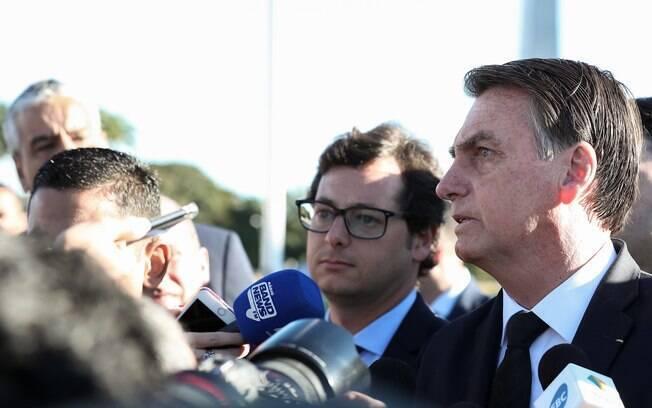 Bolsonaro falou com jornalistas após participar de uma cerimônia de hasteamento da bandeira do Brasil