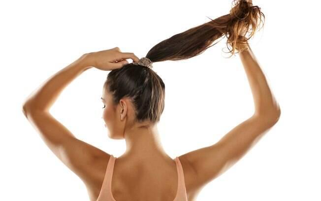 Ao usar o cabelo preso, amarre os fios deixado espaço para inserir um dedo entre eles e o elástico, assim não tem problema