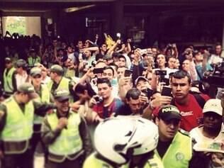Torcedores cercam o hotel onde o Atlético se hospeda em Medellín