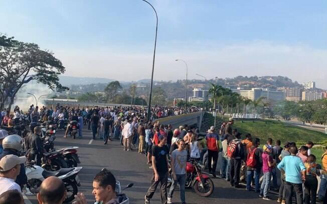 Manifestantes ocupam as ruas da capital da Venezuela desde cedo