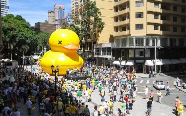 Protesto contra a presidente Dilma Rousseff em Curitiba, no Paraná. Foto: Rodrigo Félix Leal/Futura Press - 13.12.15