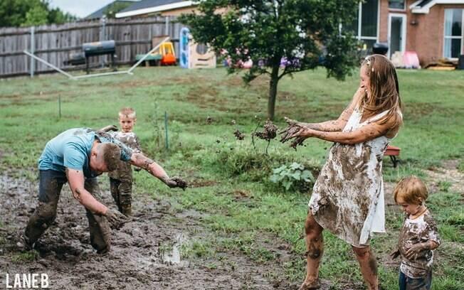 Toda a família entrou na brincadeira e aceitou se sujar com lama para registrar o momento
