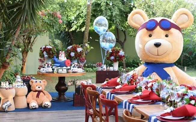 Cores vermelho, azul e branco predominam na decoração do chá de bebê de urso aviador da modelo Andressa Suita