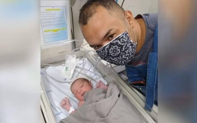 Após o parto, Eduardo conseguiu levar o filho para o hospital.