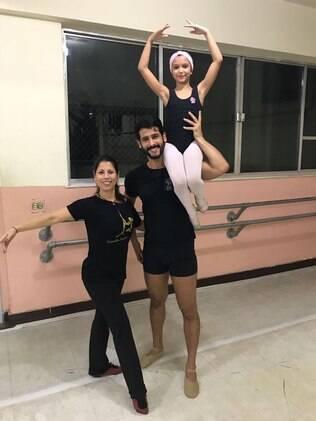 Raphael e Luana na aula de balé com a professora que gravou o vídeo que ganhou grande repercussão
