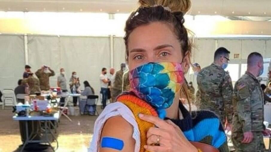 Carolina Dieckmann é vacinada nos EUA