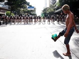 Cidades - Belo Horizonte, Mg.  PROTESTO ANTICOPA NA PRACA SETE PM fecha praca Sete com seis militares para cada um manifestante  Fotos: GUSTAVO BAXTER / O TEMPO - 14.06.2014