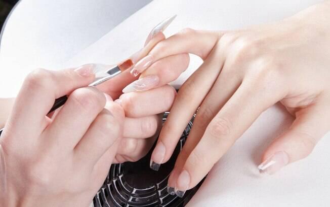 Se o alongamento de unhas causou alergia, o principal passo é consultar um dermatologista que possa indicar tratamento