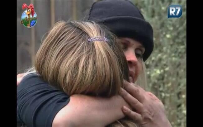 Monique Evans abraça Raquel Pacheco como se fosse o último dia no reality
