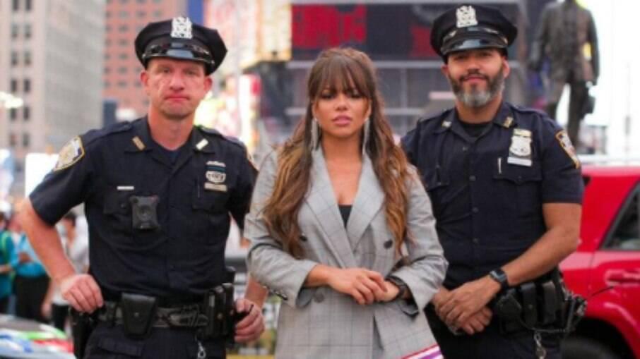 Gabily é abordada por policiais ao fazer show na Time Square