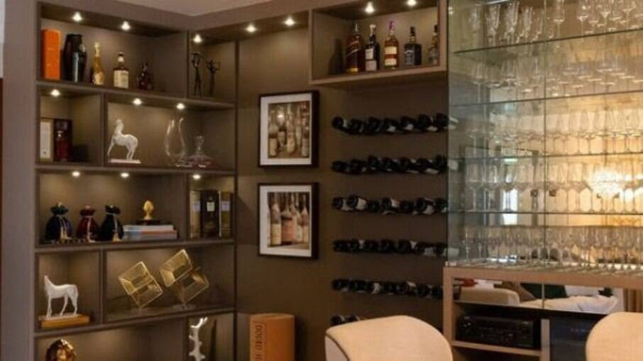 Arquiteto recomenda o uso de móveis sob medida para composição de espaço exclusivo para bebidas