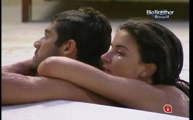 Yuri e Laisa se abraçam na borda da piscina