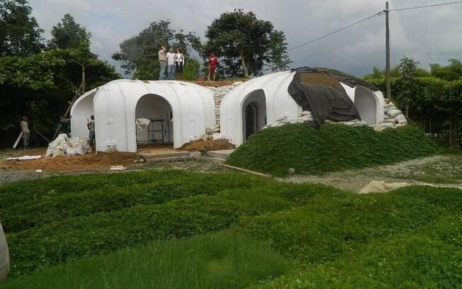 De acordo com a companhia, a estrutura das casas é leve e demora apenas alguns dias para ser erguida