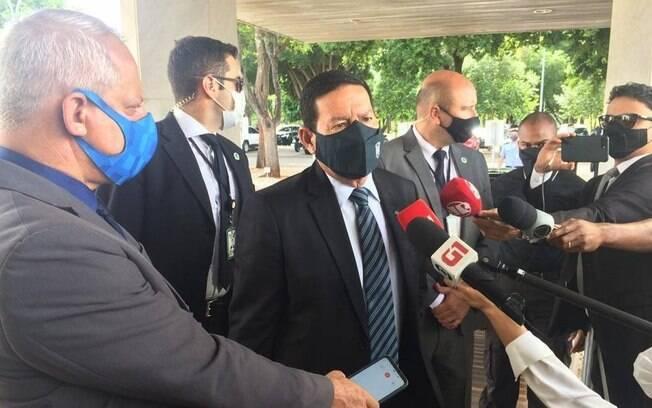 O vice-presidente Hamilton Mourão, ao chegar no Palácio do Planalto