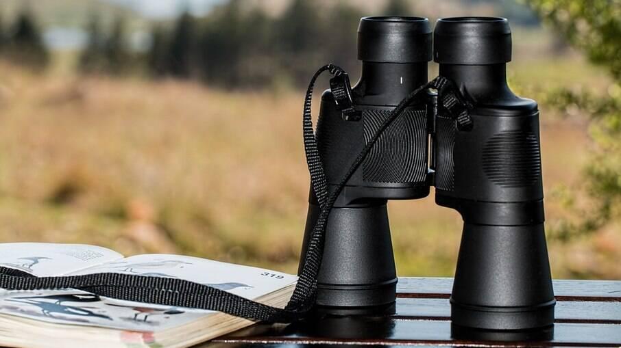 Binóculos e câmeras fotográficas são ideais para observar as aves