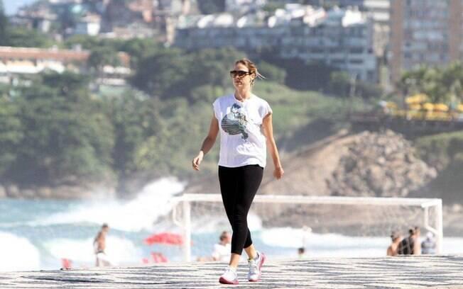 Luana Piovani gosta de se exercitar na orla de Ipanema