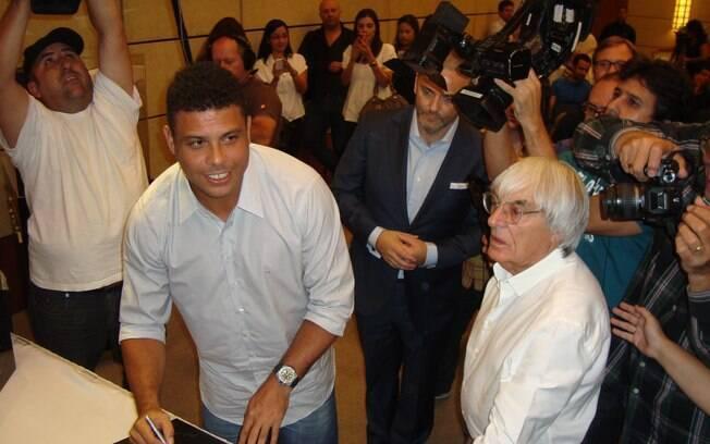 Ronaldo assina livro de F1