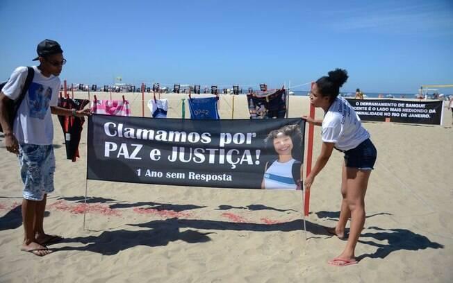 Protesto na Praia de Copacabana, no Rio de Janeiro, marca a morte da menina Maria Eduarda dentro de uma escola