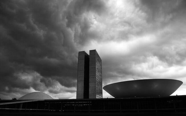 Congresso brasileiro coberto por nuvens pretas