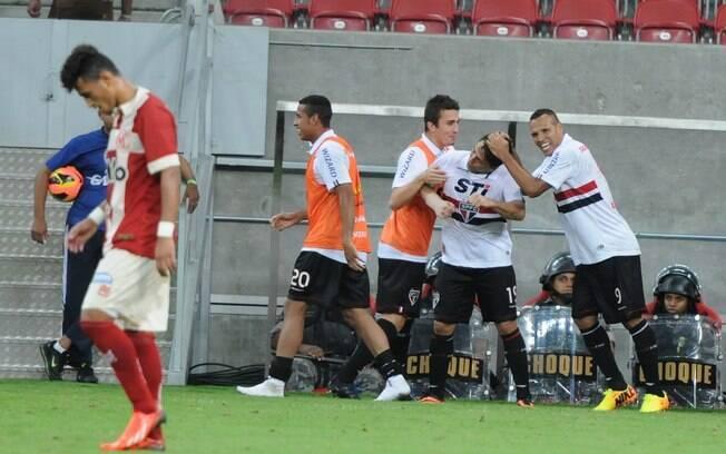 Aloísio comemora gol do São Paulo com os  companheiros