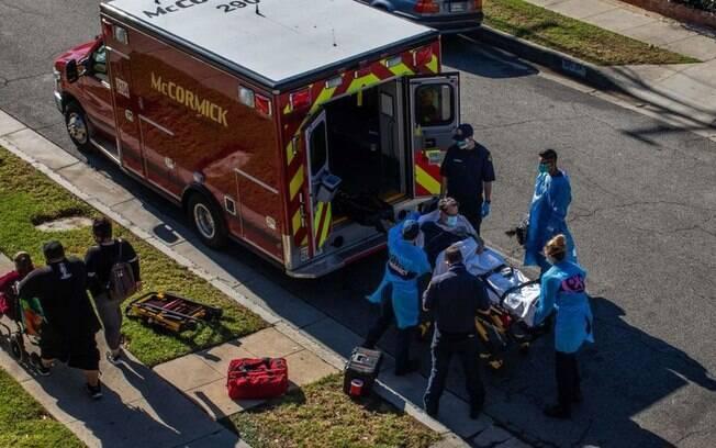 Covid-19: Ambulncias recebem ordem para restringir transporte de pacientes a hospitais em Los Angeles