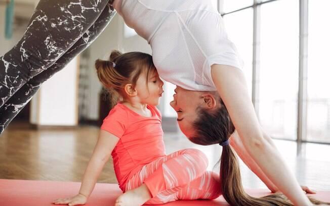 Se você já tem o hábito de praticar exercícios físicos em casa, inclua as crianças nesse momento