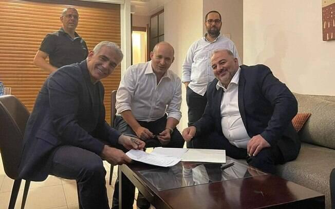 Opositores de Netanyahu formam governo com apoio de partido árabe