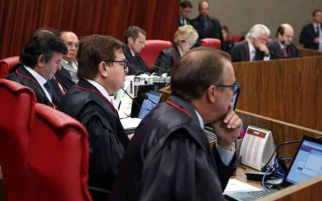 Ministros do Tribunal Superior Eleitoral dão continuidade a julgamento de pedido de cassação da chapa de Dilma e Temer