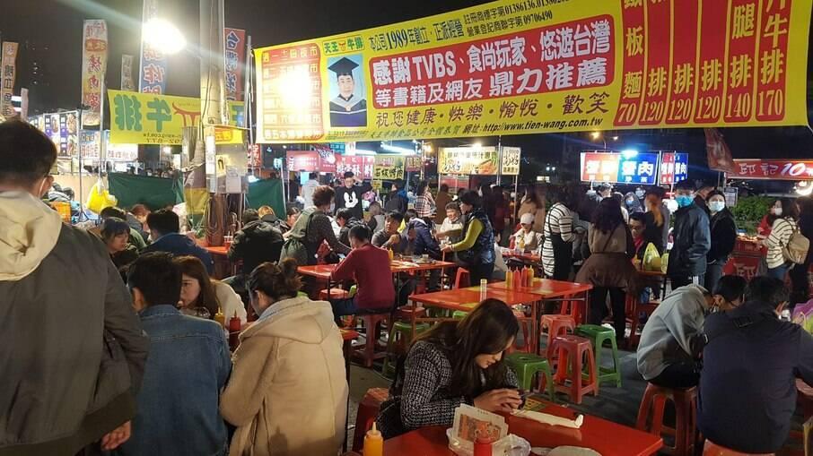 Fotografia do mês de fevereiro de um mercado noturno em Taiwan