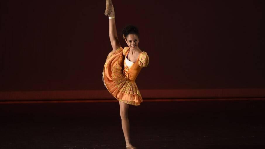 A bailarina Vih Bueno, 17, bomba na web com suas coreografias
