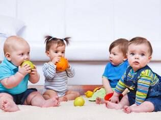 Ofereça frutas para seu bebê cheirar e diga o nome