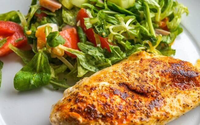 O frango costuma ser preparado com batata-doce; a combinação é saudável e apresenta uma série de benefícios à saúde