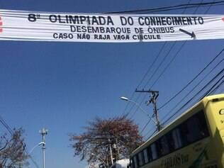 Faixa está afixada na rua Conde Pereira Carneiro, no entorno do Expominas