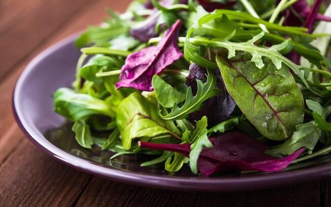 Alimentação e exercícios: uma bela salada de folhas verdes é uma opção para ingerir vitamina E