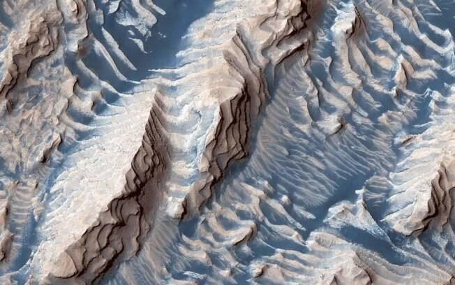Imagem mostra formações diferentes no solo marciano