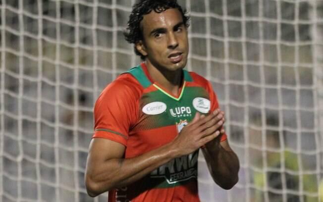 Diogo, atacante da Portuguesa, lamenta chance  desperdiçada diante do Inter, no Canindé