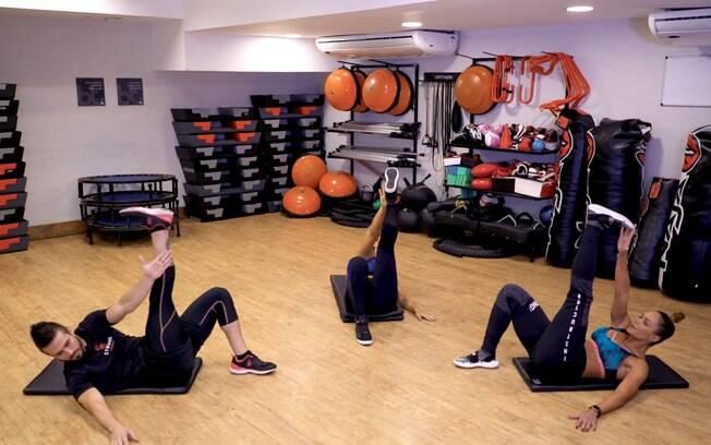 O crunch unilateral tem diferentes níveis de dificuldade e é muito útil para tonificar os músculos do abdômen