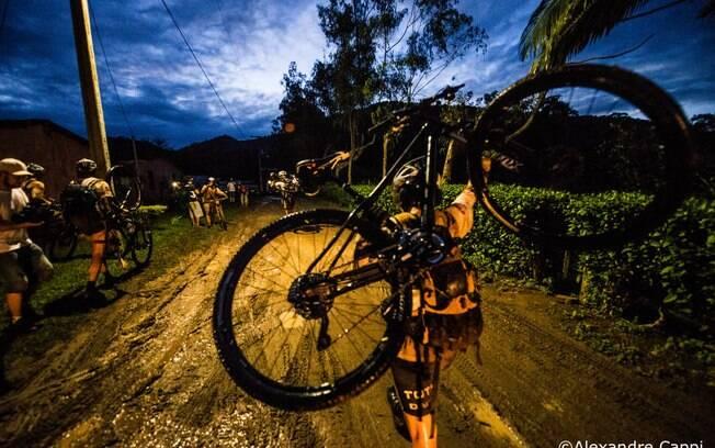Com lama nem sempre dá para pedalar na bike.  O jeito é carregar a bicicleta nas costas