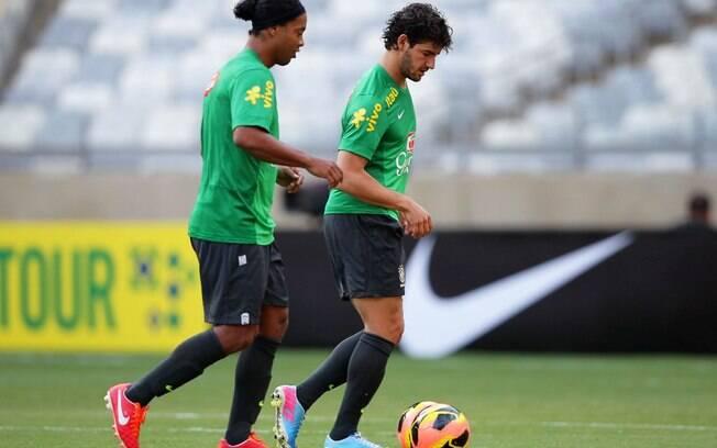 Ronaldinho Gaúcho e Pato dominam a bola no  treino comandado por Felipão