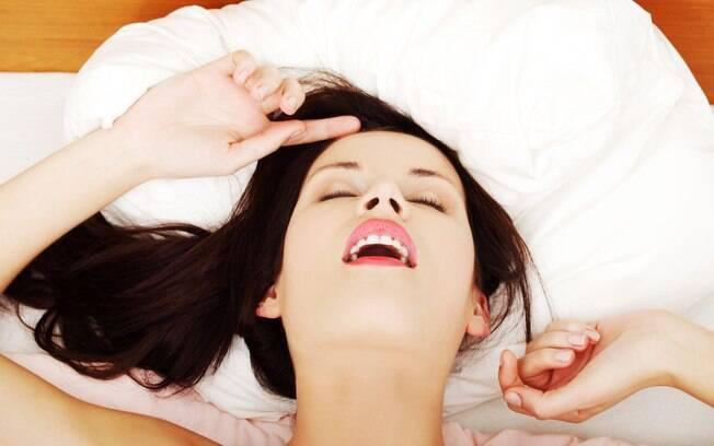 Travesseiro, colar de pérolas, chuveirinhos e só os dedos podem ajudar na hora do prazer
