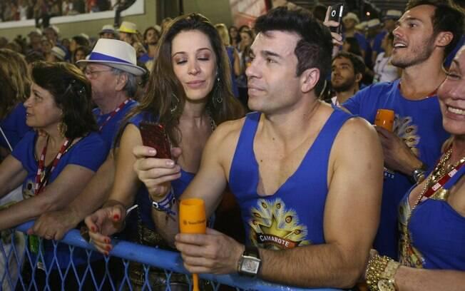 Claudia Raia e Jarbas Homem de Mello chegaram juntos ao segundo dia de desfiles do Rio, e trocaram beijos e carinhos